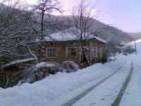 Къща край реката
